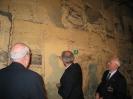 3.  Gerd Leers zet zijn handtekening op de muur